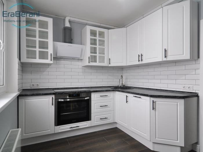 Кухня неоклассика белая с фрезеровкой 2130 х 1750