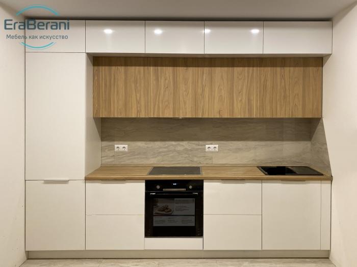 Кухня с антресолями прямая до потолка 3100