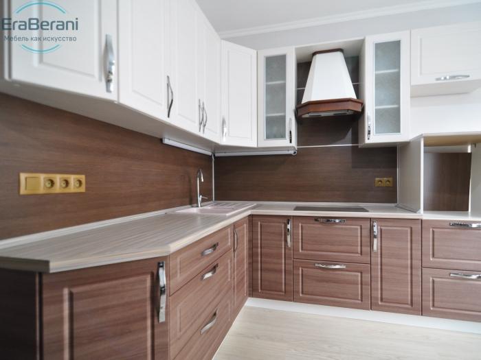 Кухня с красивой вытяжкой под дерево 2100 х 2500
